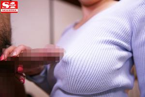 【奥田咲】ノーブラ乳首が浮いている人妻がフルボキチ○ポを乳首に押し当てる!