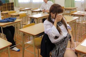 男子生徒の前でパンツに手を突っ込みガチオナニーする可愛いJK!